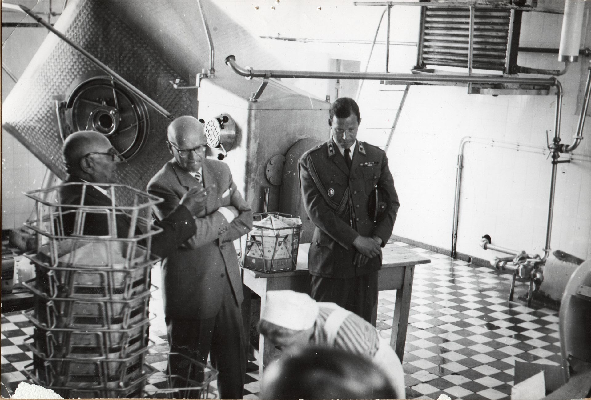 Presidentti Kekkonen tutustuu Limingan Osuusmeijerin tiloihin